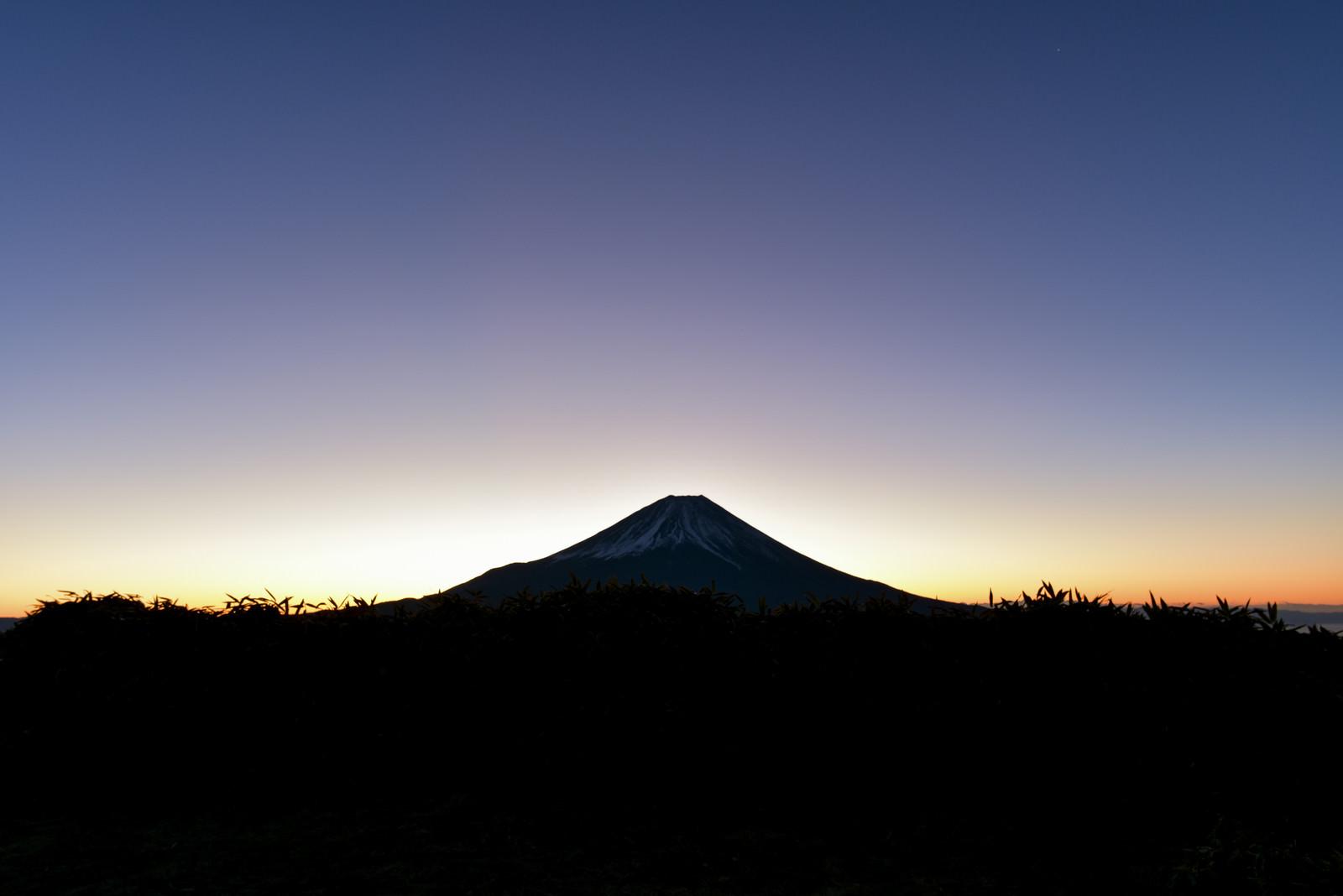 「朝焼けを待つ富士山」の写真