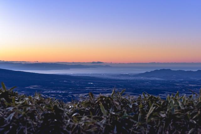 竜ヶ岳から見る夜明けの駿河湾の街の写真