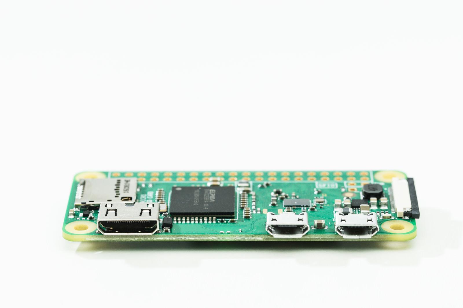 「マイクロUSBポートが付いた小型PC」の写真