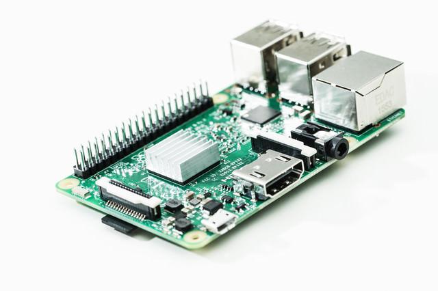 Raspberry Pi 3(小型パソコン)の写真