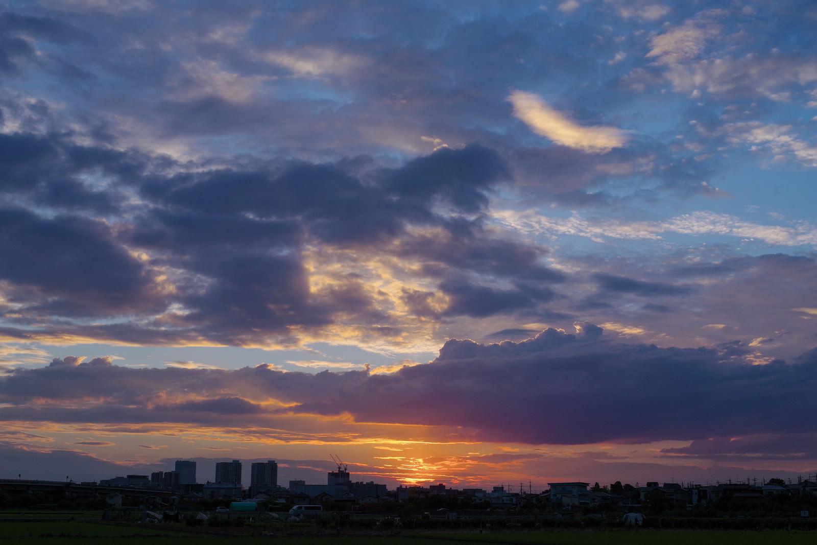 「梅雨時の空と夕日」の写真