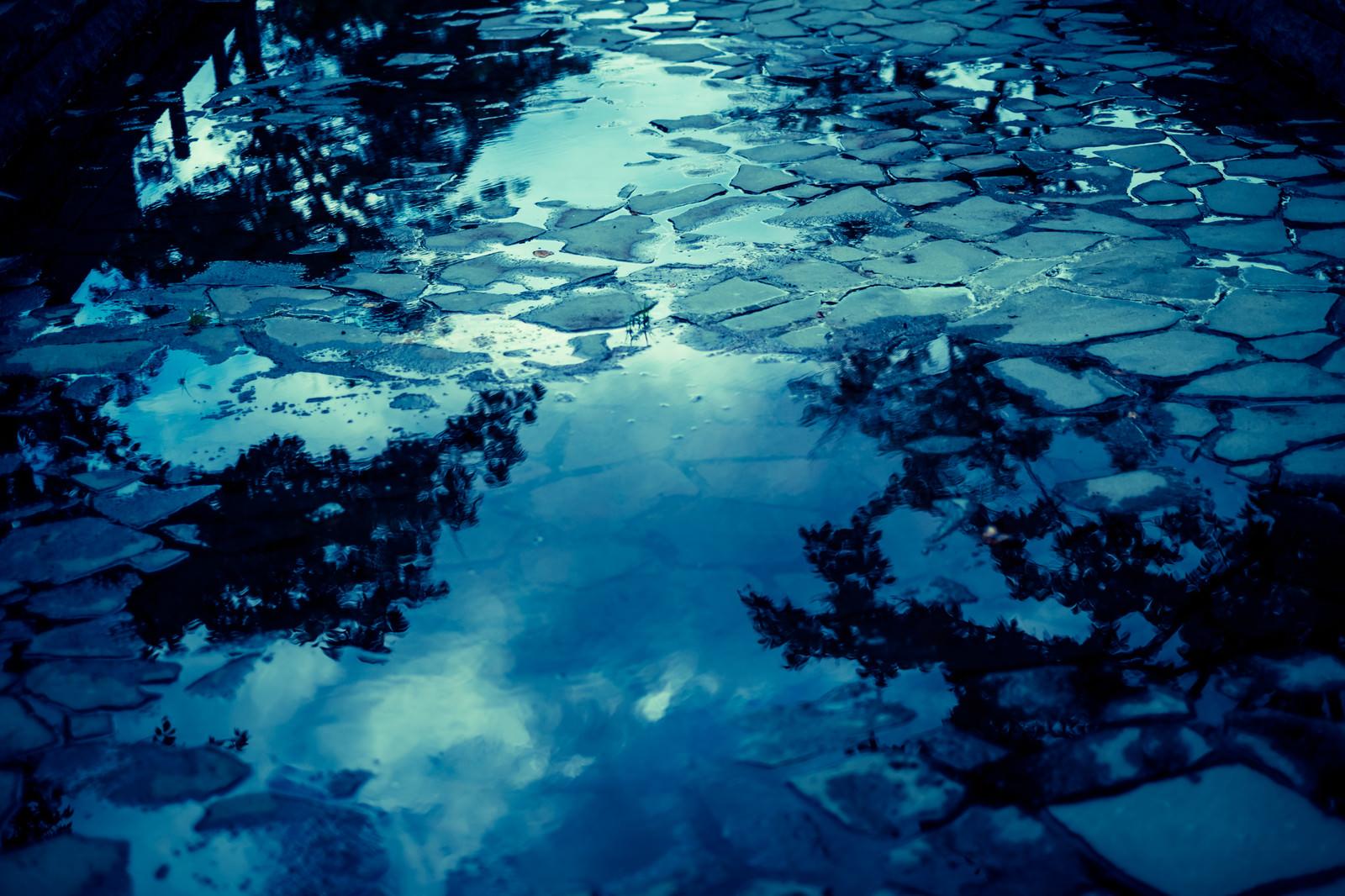 「水溜りと映り込む空水溜りと映り込む空」のフリー写真素材を拡大