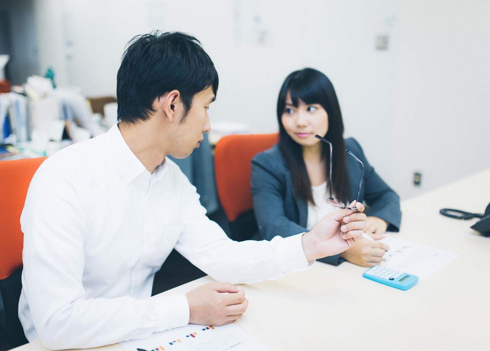 「「今日は終わりにしようか?」と仕事を切り上げる上司と部下」の写真[モデル:大川竜弥 Lala]
