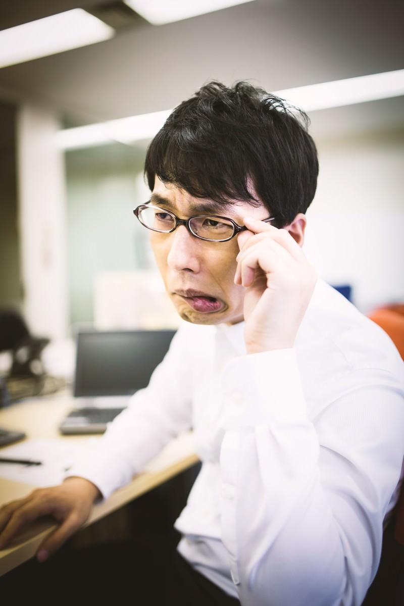「「ダメだこりゃ!」と口をへの字にする課長」の写真[モデル:大川竜弥]