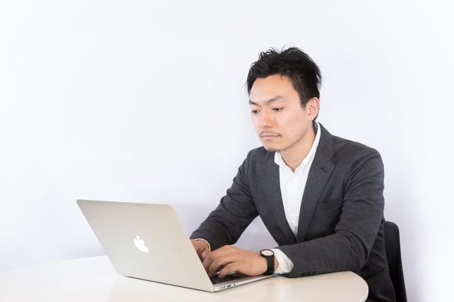 記事を執筆するライターの写真