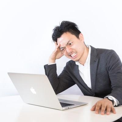 「クレーマーの対処に頭を抱えるネットショップオーナー」の写真素材