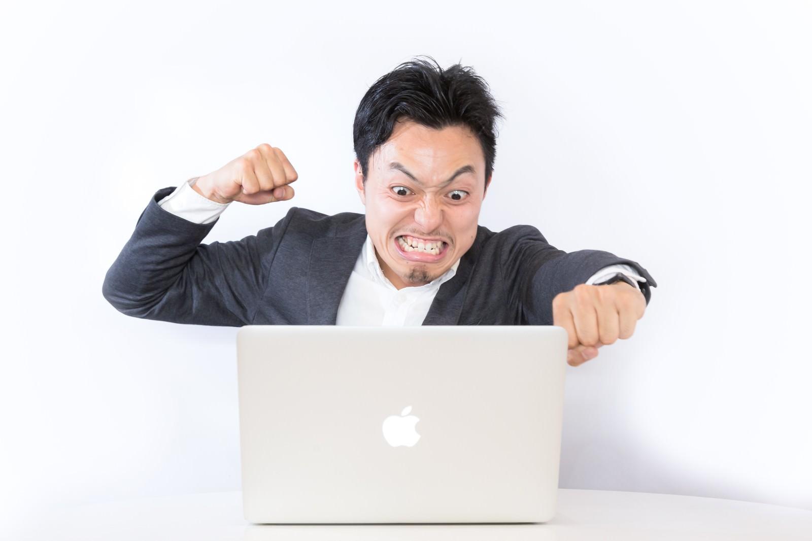 「誹謗中傷のコメントに怒るブロガー誹謗中傷のコメントに怒るブロガー」[モデル:藤沢篤]のフリー写真素材を拡大