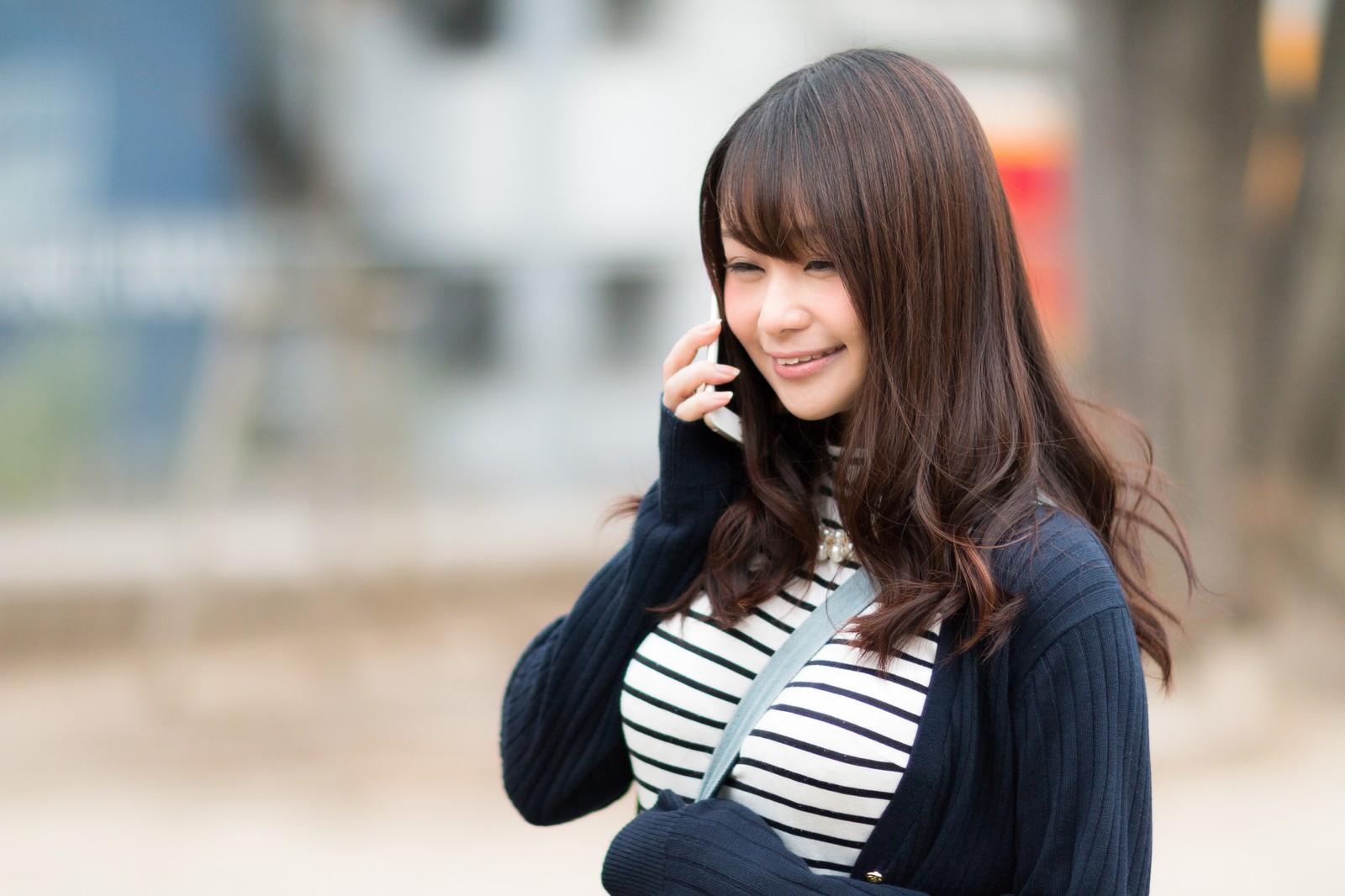 「電話ごしに伝わる笑顔電話ごしに伝わる笑顔」[モデル:茜さや]のフリー写真素材を拡大