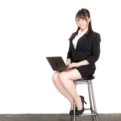 「椅子に座ってスライドを確認する新卒の女性」の写真素材