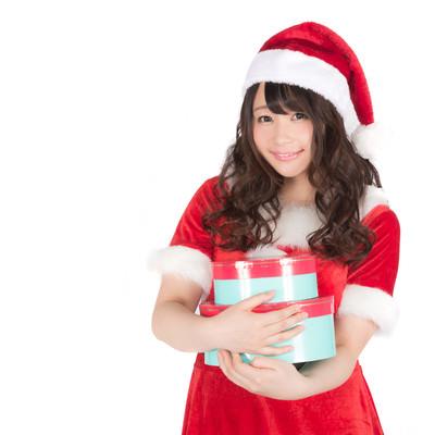 「女性のサンタがプレゼントを持ってきた!」の写真素材