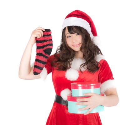「靴下とプレゼントを持った女性サンタさん」の写真素材
