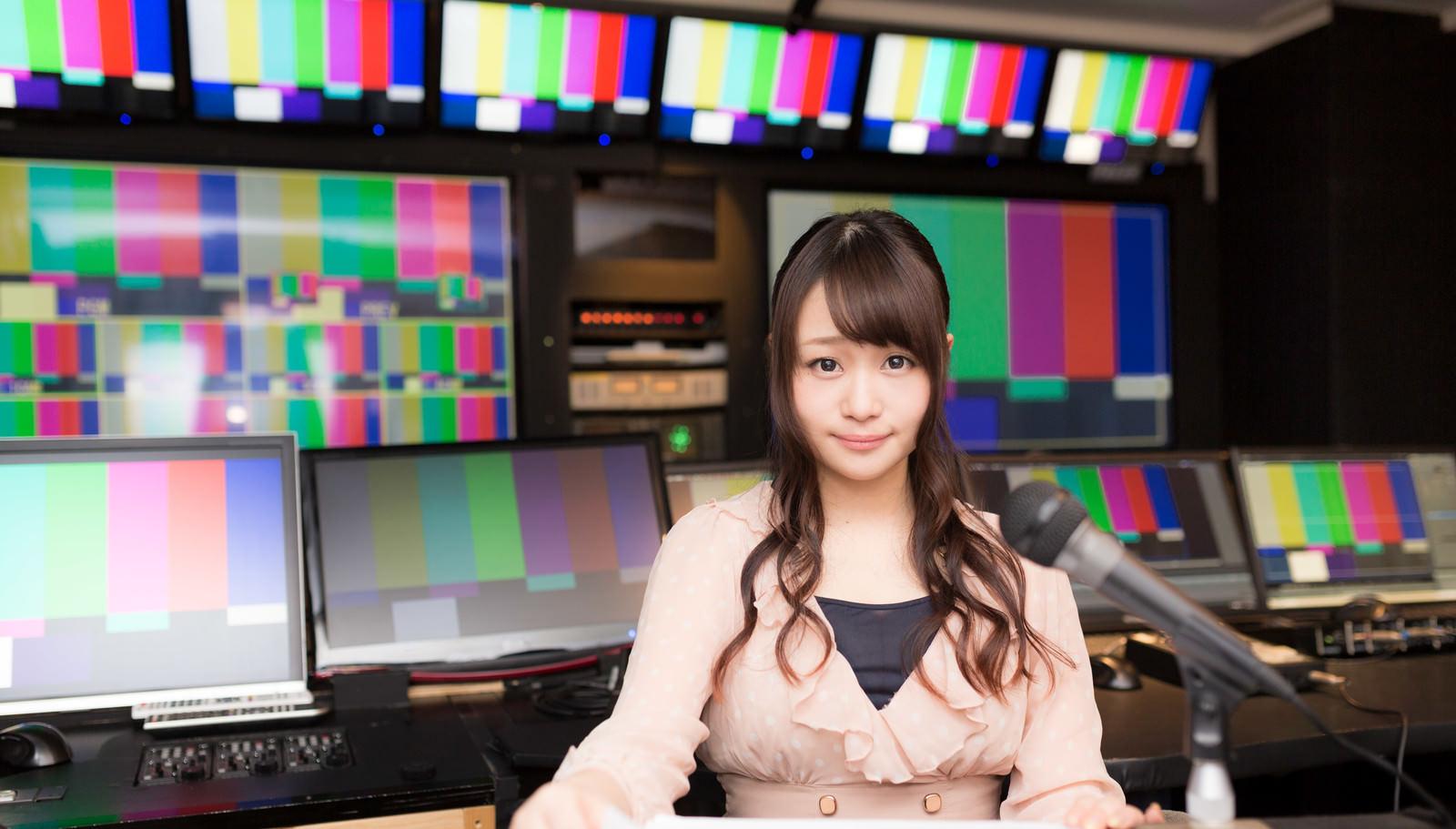 「放送終了後にニュースを放送する女性アナ」の写真[モデル:茜さや]
