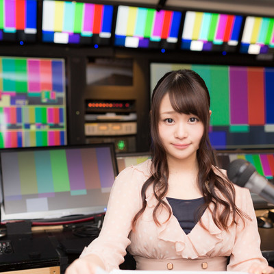 「放送終了後にニュースを放送する女性アナ」の写真素材