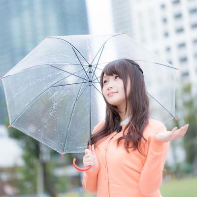 「晴れ間が見えて予想が外れそうなお天気お姉さん」の写真素材
