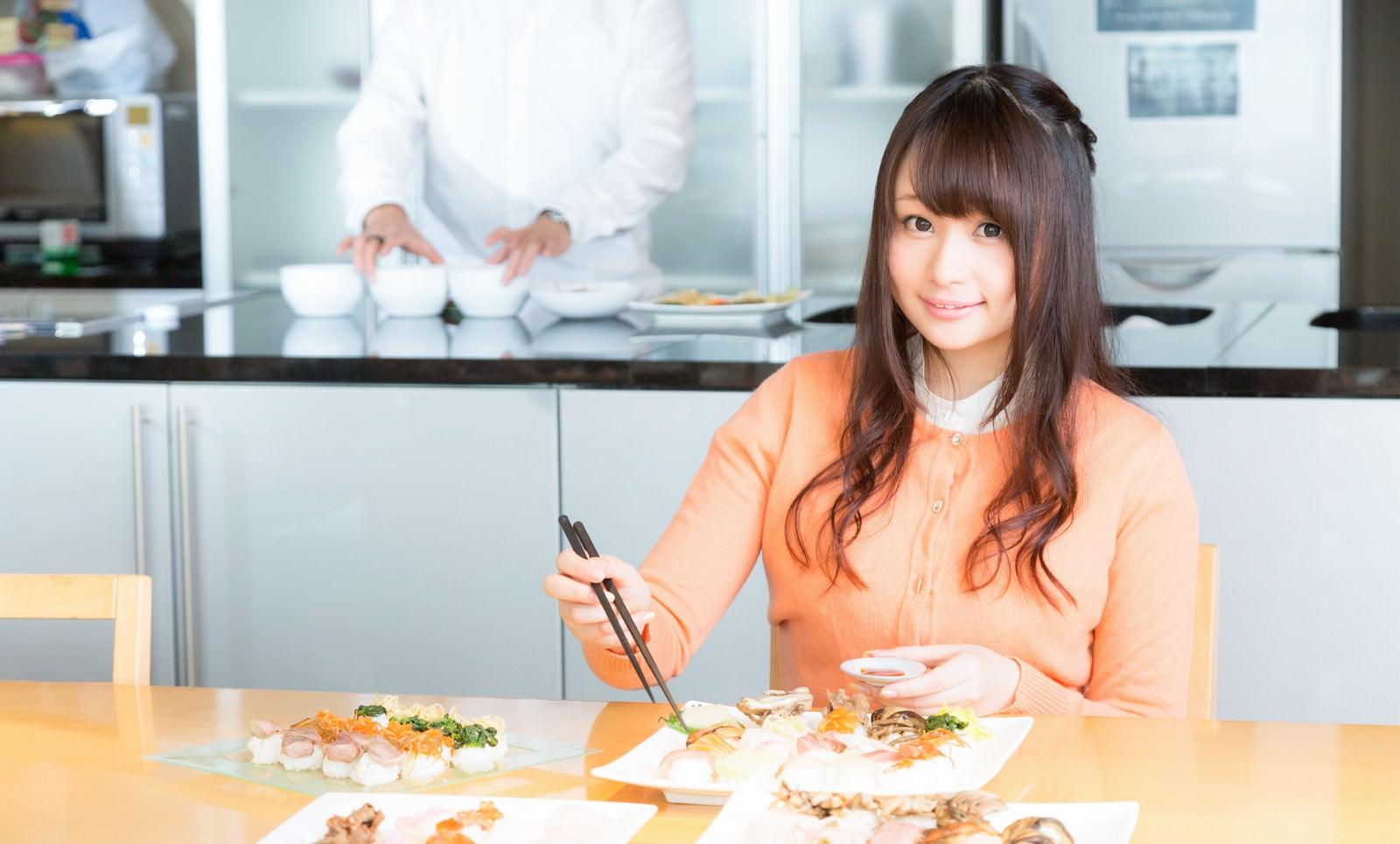 「食レポ中の人気女性アナウンサー」の写真[モデル:茜さや]