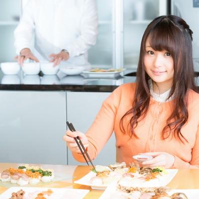 「食レポ中の人気女性アナウンサー」の写真素材