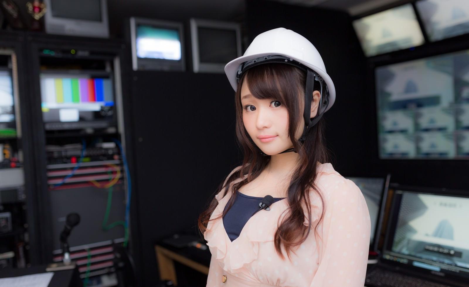 「ヘルメットをかぶった女性アナウンサー」の写真[モデル:茜さや]