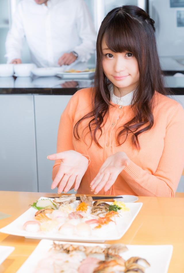 「こちらが本日のお料理です!」と紹介する食レポガールの写真