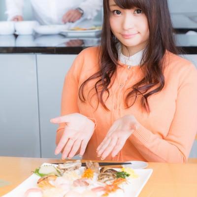 「「こちらが本日のお料理です!」と紹介する食レポガール」の写真素材