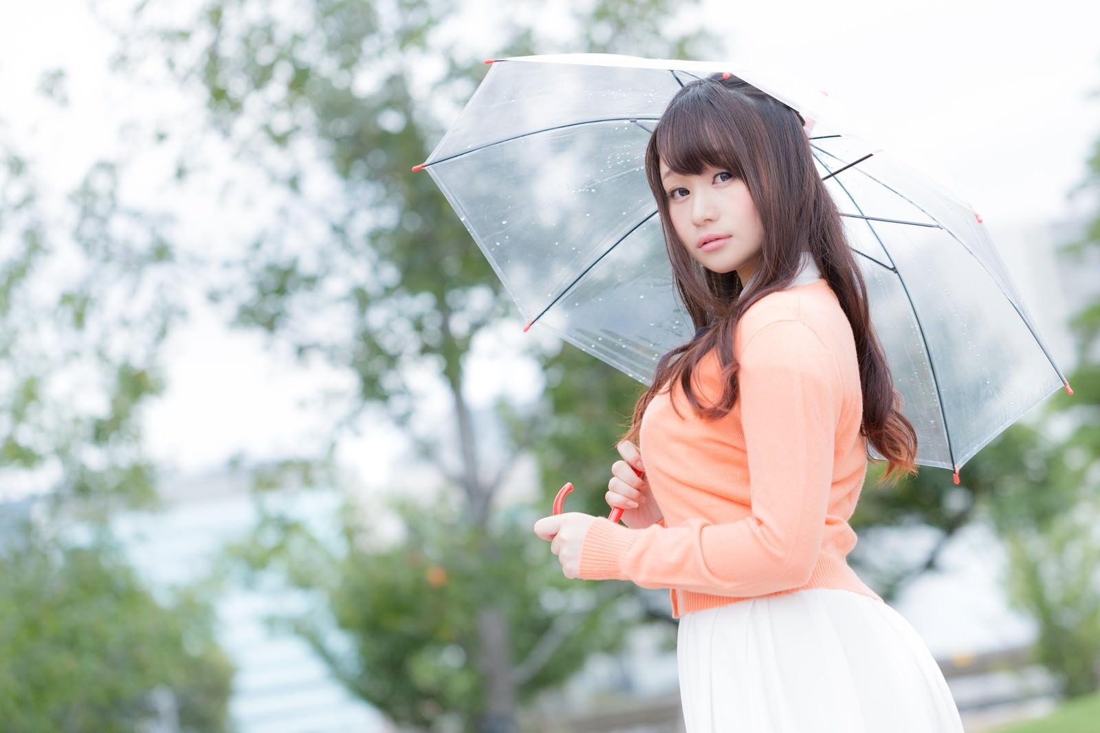 「今日の天気をお伝えする美人気象予報士」の写真[モデル:茜さや]