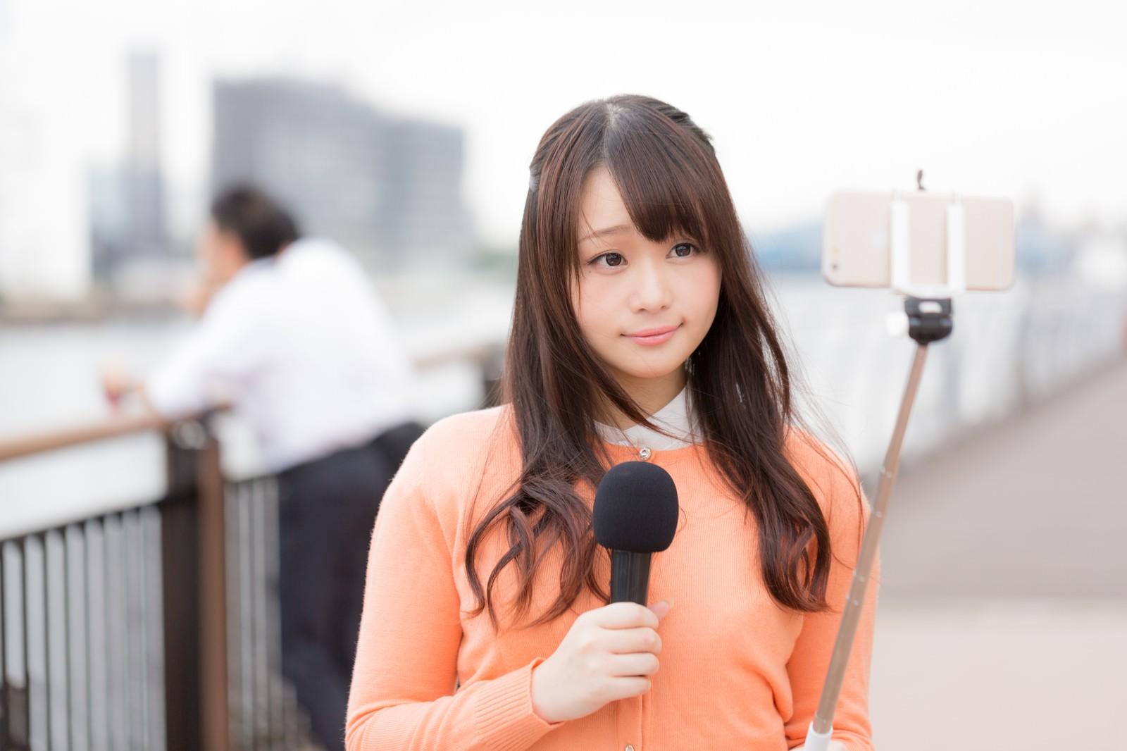 「スマホで現地取材を行う女性アナウンサースマホで現地取材を行う女性アナウンサー」[モデル:茜さや]のフリー写真素材を拡大