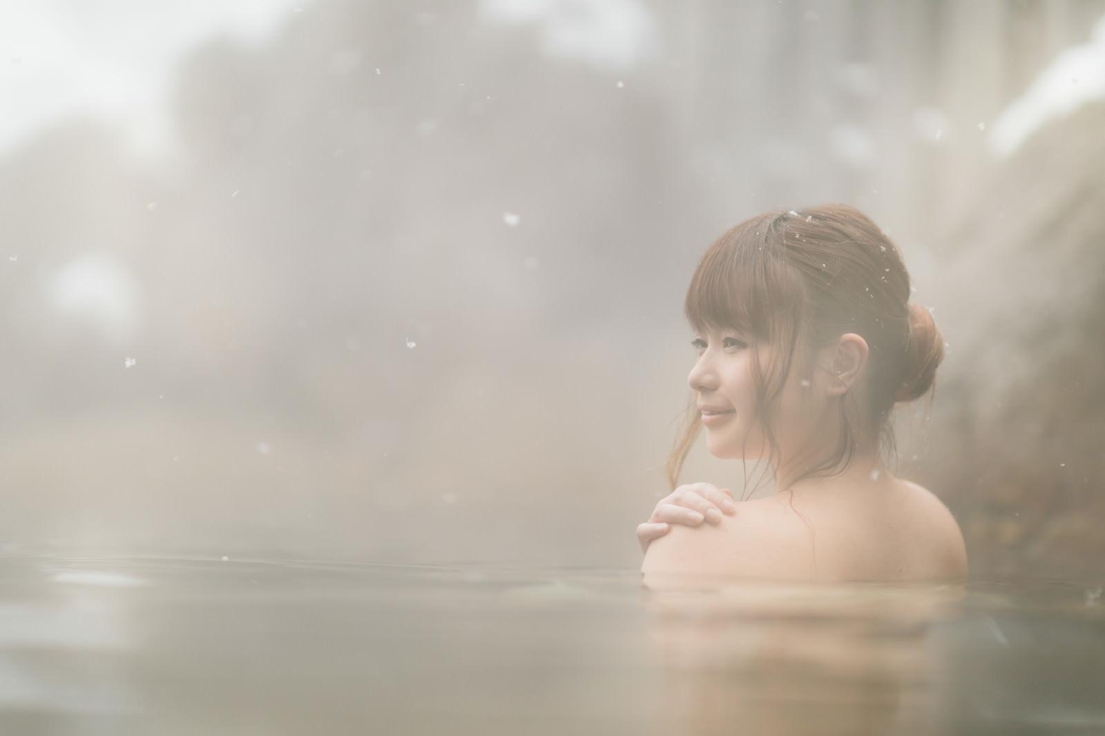 「雪見露天風呂と入浴中の美女」の写真[モデル:茜さや]