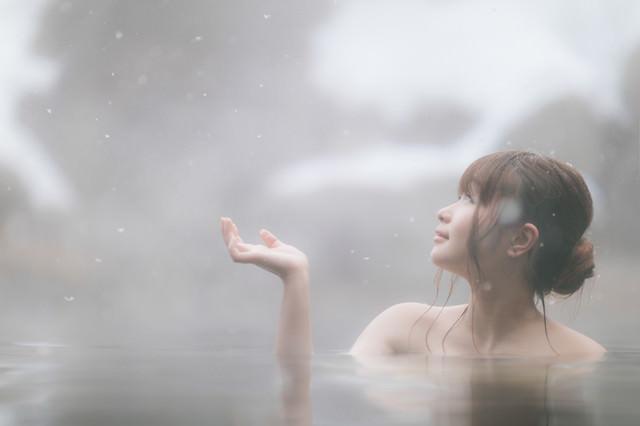 雪と温泉と美女の写真
