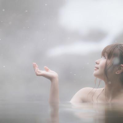 「雪と温泉と美女」の写真素材