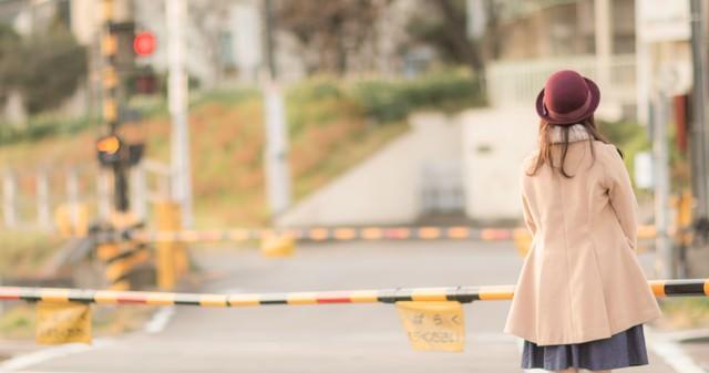 踏切待ちの女性の写真