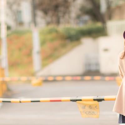 「踏切待ちの女性」の写真素材