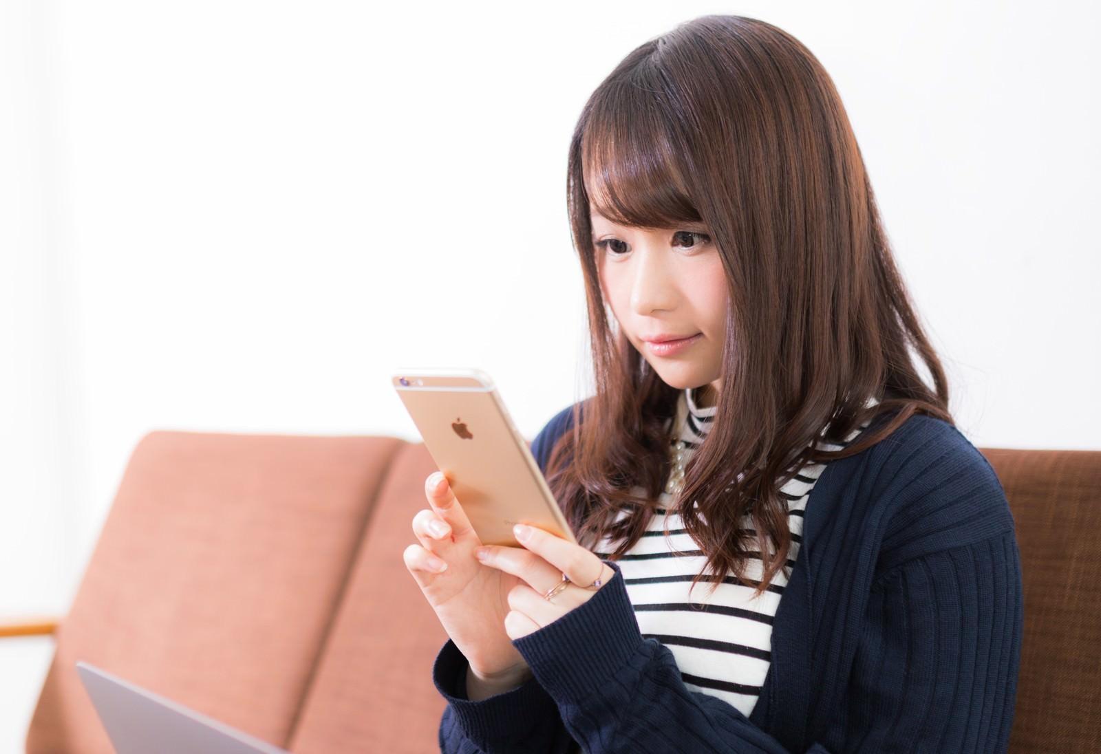 長時間スマートフォンを使用する女性