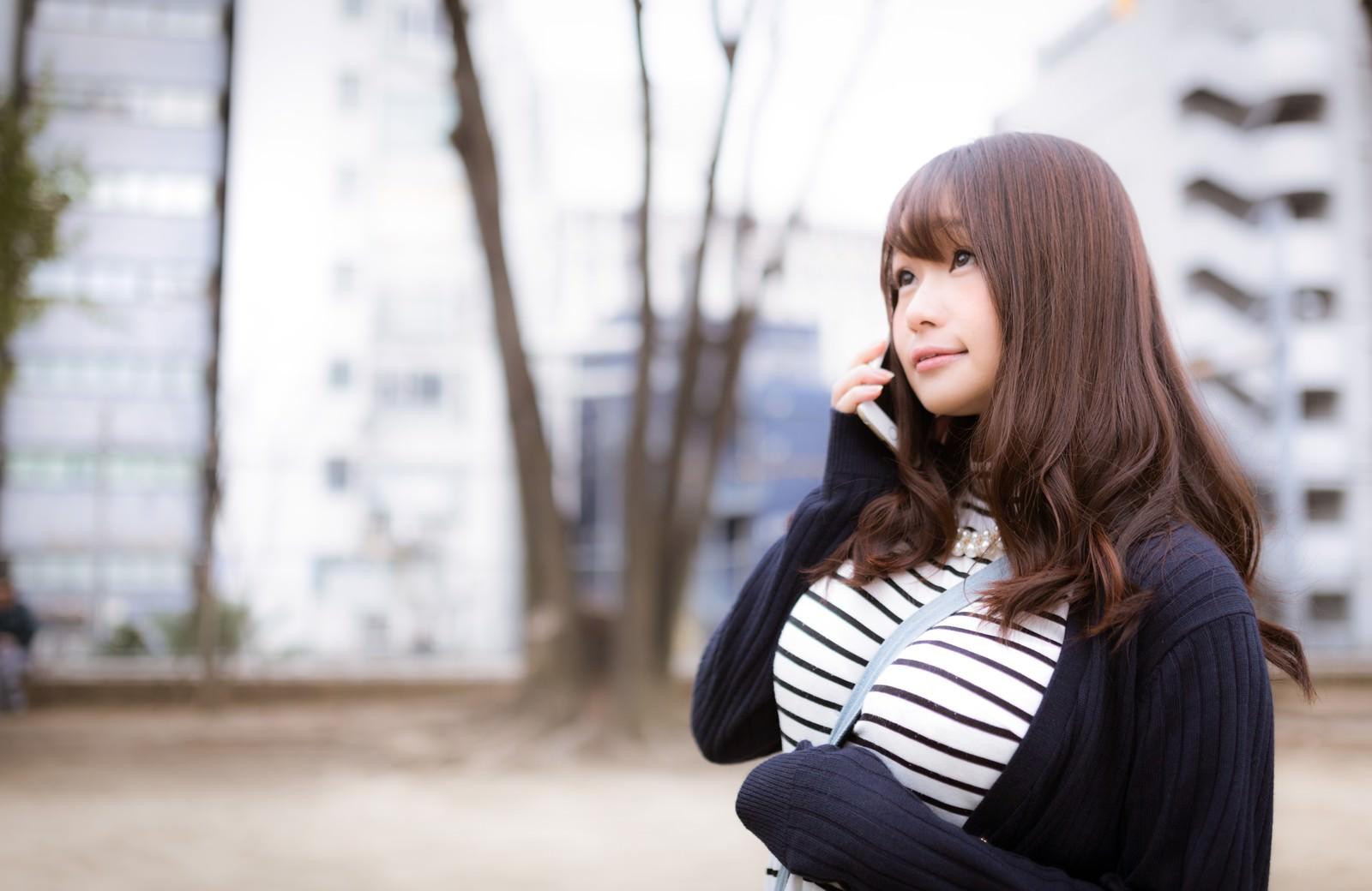 「午後の天気を気にするお散歩女子」の写真[モデル:茜さや]