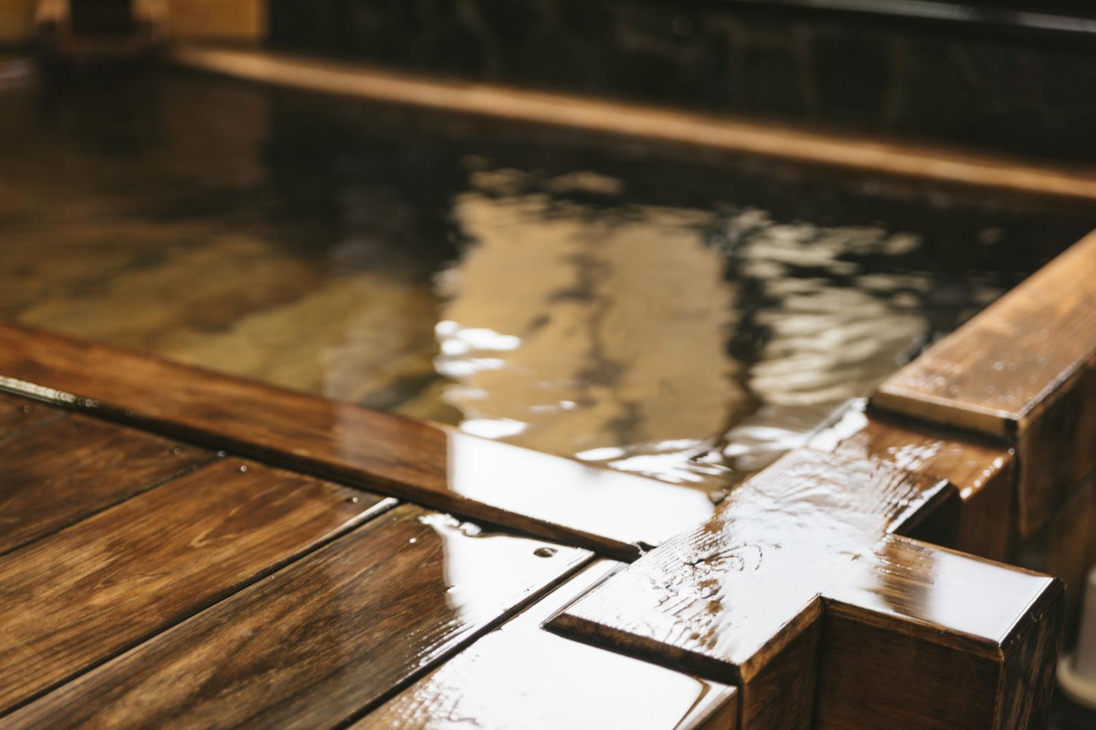 「源泉かけ流しの檜風呂」の写真