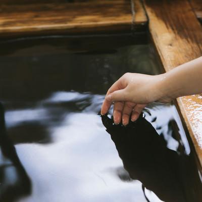 「湯船に手を入れて湯温を確かめる」の写真素材