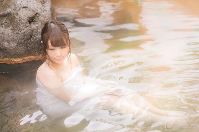 「貸切の露天風呂に浸かる女性」のフリー写真素材