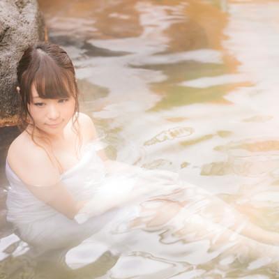 「貸切の露天風呂に浸かる女性」の写真素材