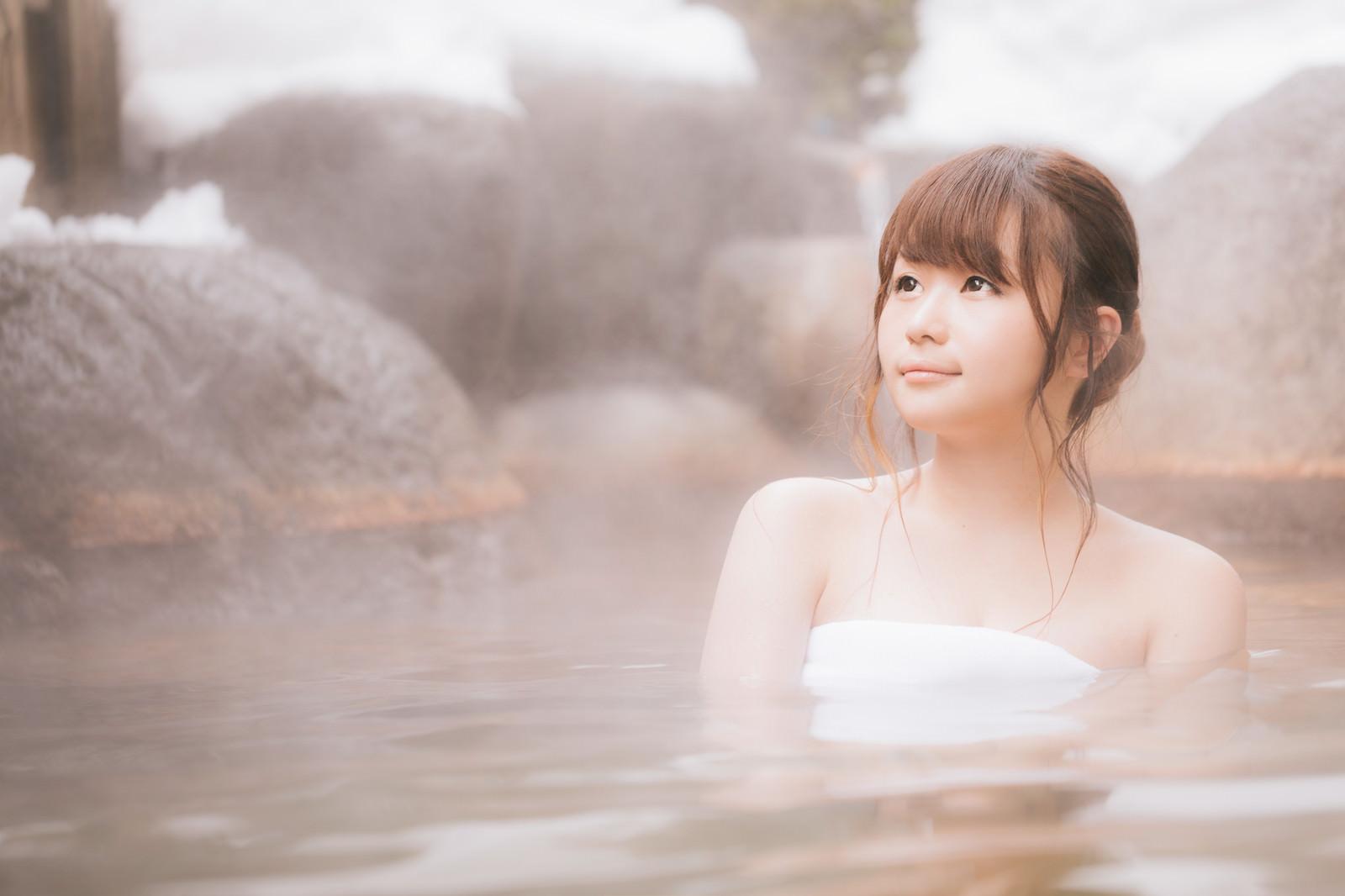 「露天風呂で疲れを癒やす若い女性」の写真[モデル:茜さや]