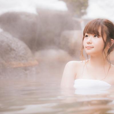 「露天風呂で疲れを癒やす若い女性」の写真素材
