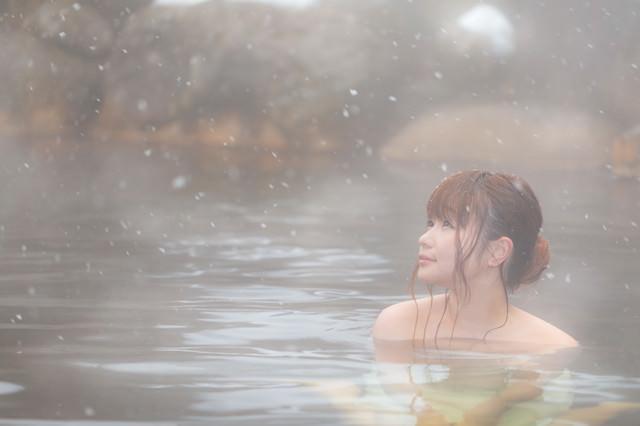 「冬にしか楽しめない雪見露天風呂と美女」のフリー写真素材