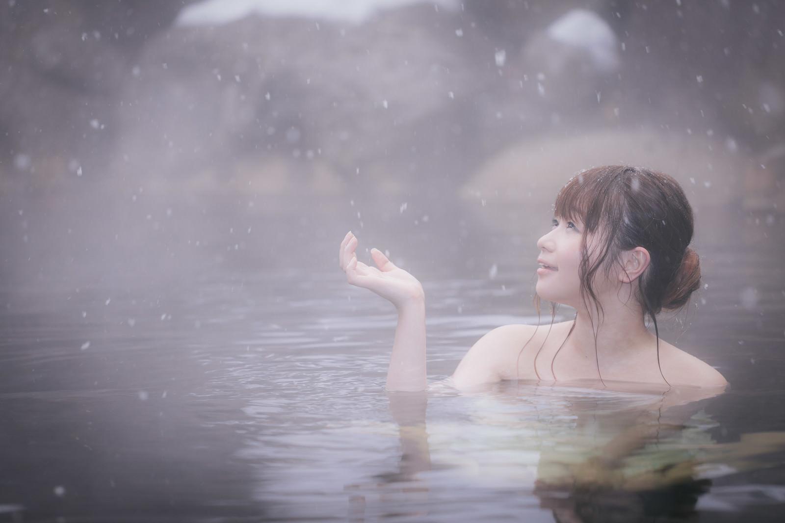 「心がほどける、冬の醍醐味雪見露天風呂を楽しむ美女」の写真[モデル:茜さや]