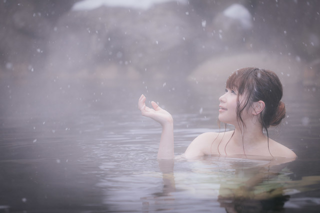 「心がほどける、冬の醍醐味雪見露天風呂を楽しむ美女」のフリー写真素材