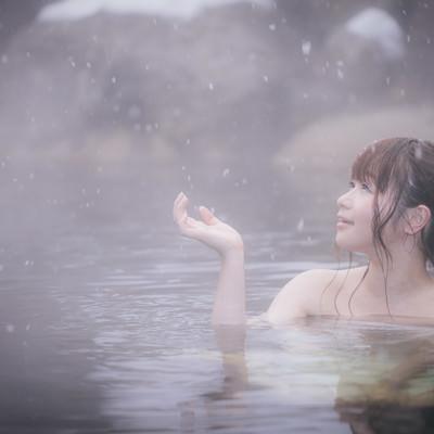 「心がほどける、冬の醍醐味雪見露天風呂を楽しむ美女」の写真素材
