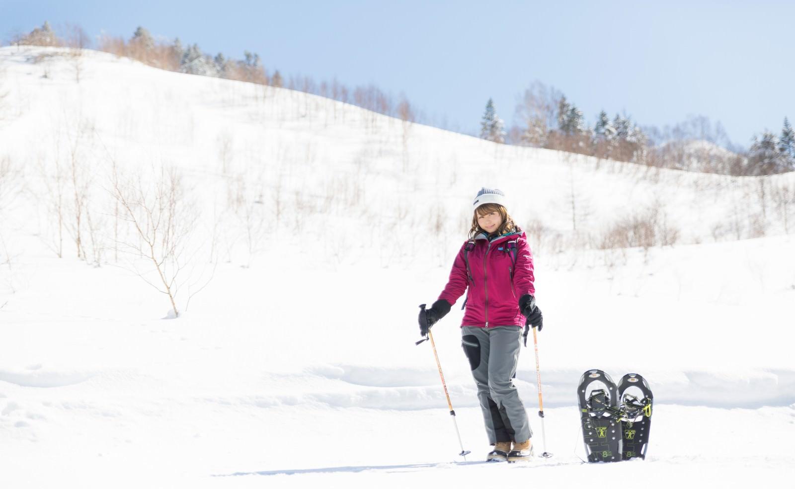 「本日は平湯温泉スキー場からお送りします本日は平湯温泉スキー場からお送りします」[モデル:茜さや]のフリー写真素材を拡大