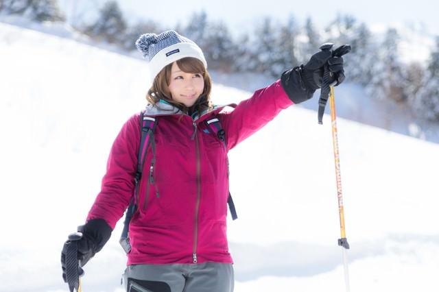 これから進む雪道を案内する美人ガイドの写真