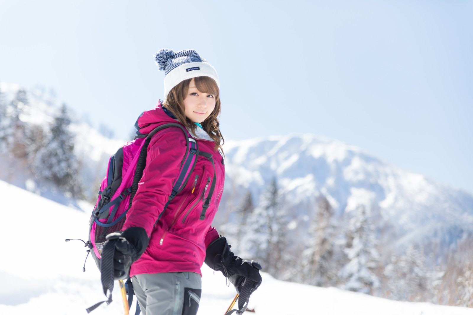 「【悲報】雪山ガイドが可愛すぎてウォーキングに集中できない人頻出」の写真[モデル:茜さや]