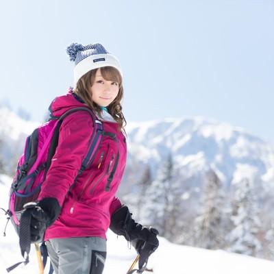「【悲報】雪山ガイドが可愛すぎてウォーキングに集中できない人頻出」の写真素材