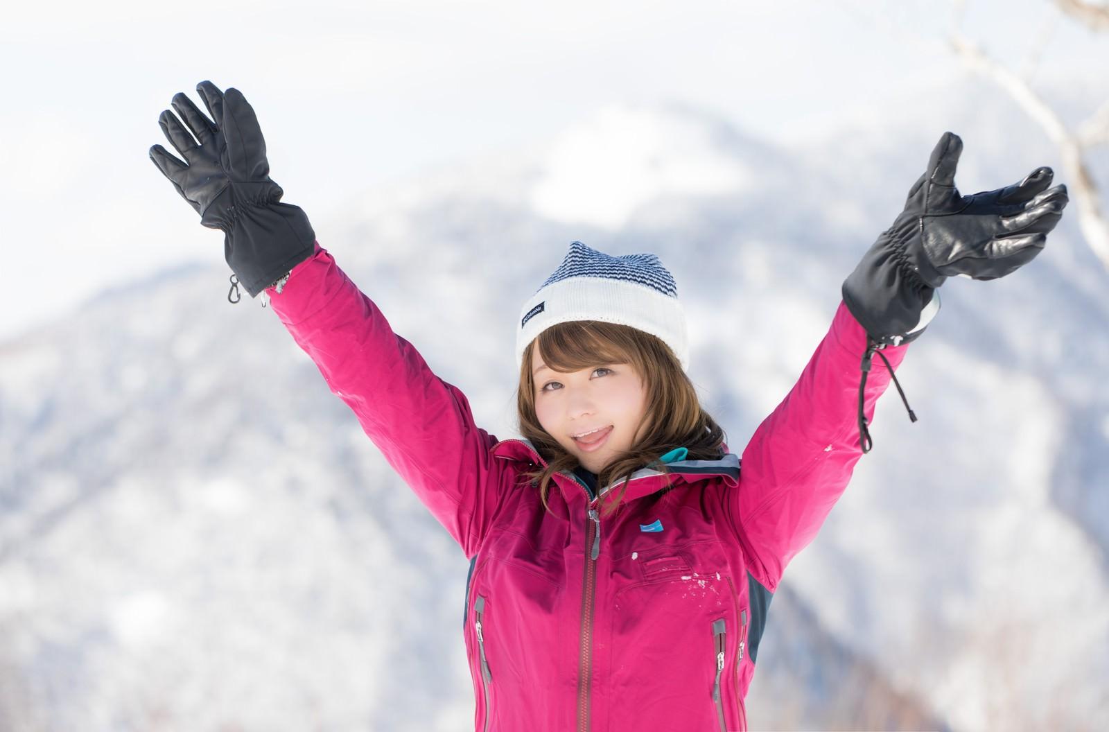 「「今ね、標高1,800メートル、氷点下15℃なの!」と喜ぶ登頂女子「今ね、標高1,800メートル、氷点下15℃なの!」と喜ぶ登頂女子」[モデル:茜さや]のフリー写真素材を拡大