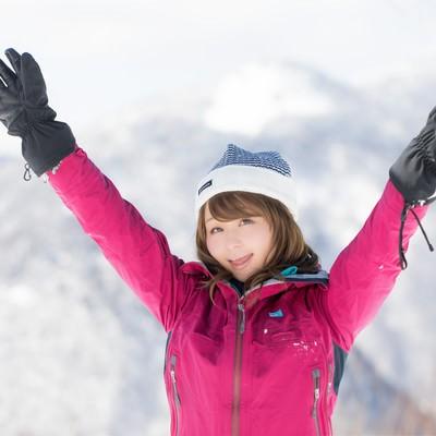「「今ね、標高1,800メートル、氷点下15℃なの!」と喜ぶ登頂女子」の写真素材
