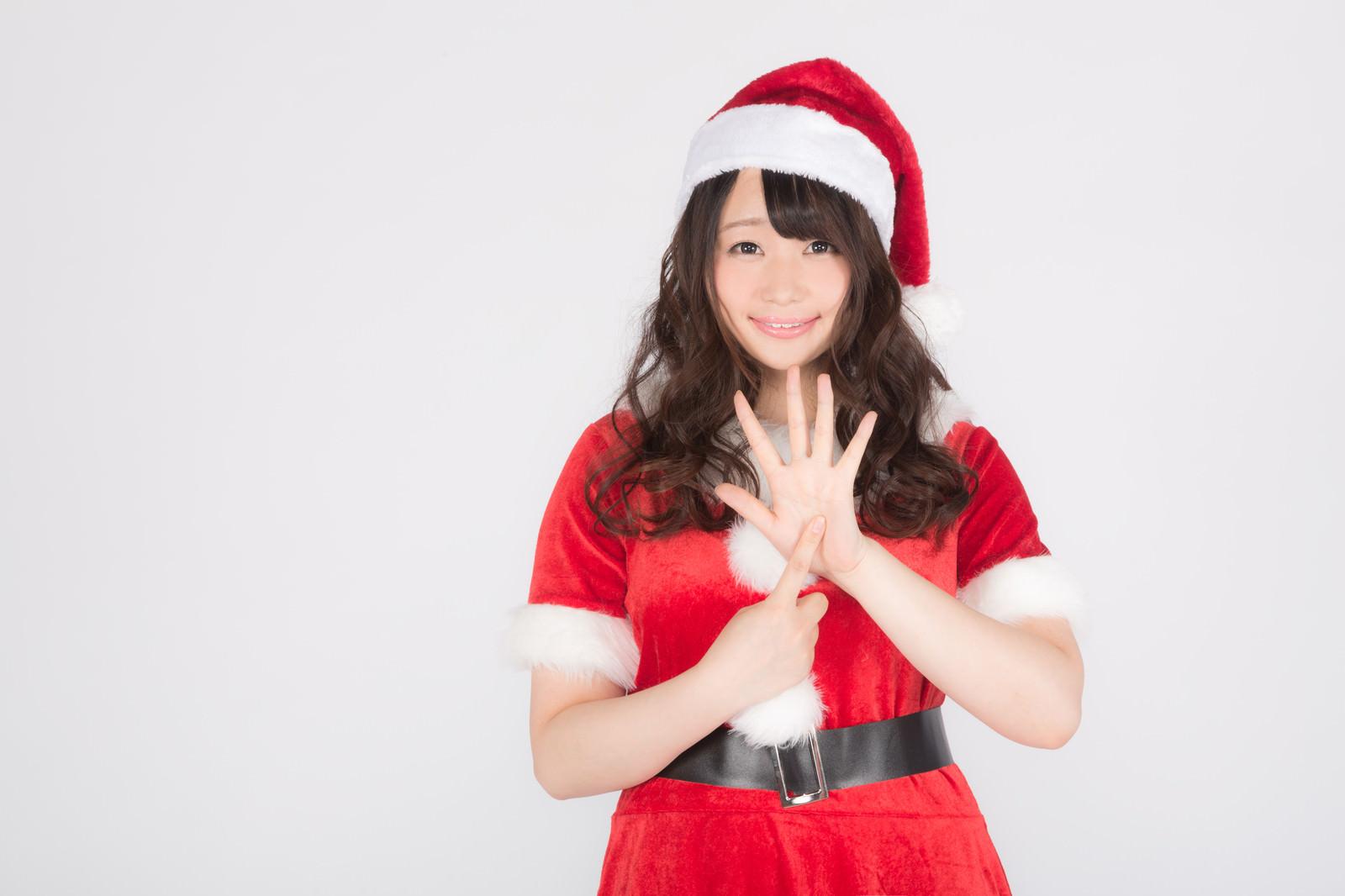 「女性サンタがクリスマスまであと6日をお知らせします!」の写真[モデル:茜さや]