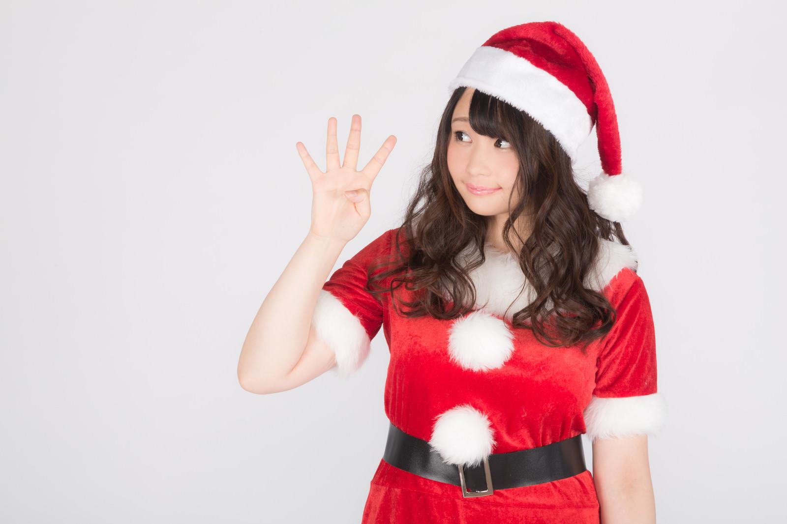 「メリクリまであと4日!女性サンタがお知らせメリクリまであと4日!女性サンタがお知らせ」[モデル:茜さや]のフリー写真素材を拡大